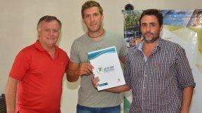 El gobierno entregó beca deportiva a Daniel Dal-Bó
