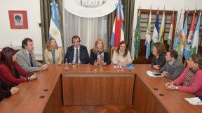 La ministra Stratta participó de la firma de convenio que pondrá en funcionamiento las pulseras duales en casos de violencia